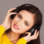usmiechnięte słuchanie muzyki